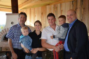 Familie Hofer lud in die neue Gartenlaube ein.